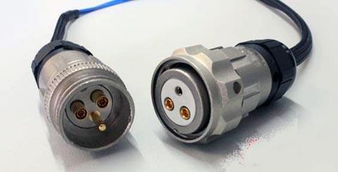 Conector mixto con contactos eléctricos y coaxiales