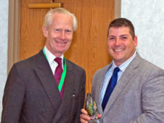 Damon de Laszlo recibe un premio especial de Harwin